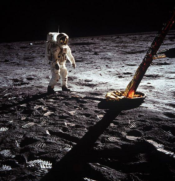 Apollo_11_mission_21_July_1969_-Omega Speedmaster_Astronaut_walking