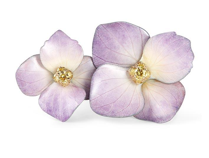Bague Fleur en pétales naturels, sertie d'un bouquet de diamants jonquilles, sur titane.