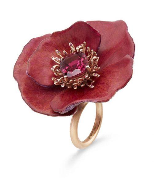 Bague en pétales naturels, sertie d'une rubellite coussin de 3,99 ct, pavée de saphirs roses et jaunes, de pistils saphirs roses sur titane et or.