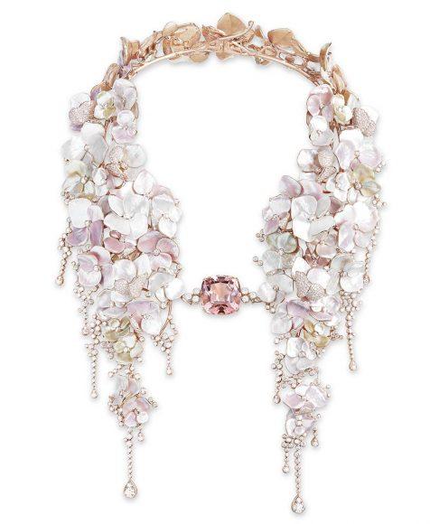 Collier Nuage de Fleurs serti d'une tourmaline rose coussin de 42,96 ct et de nacre, pavé de  diamants, sur or rose.