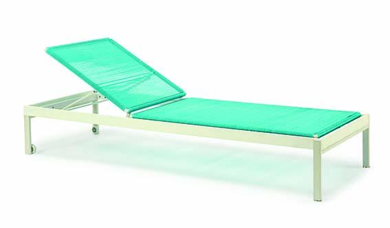 Chaise Longue Allaperto Camping Chic Tectona Métal blanc et corde en PVC turquoise. PPC: 1560 €