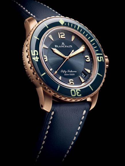 Blancpain Fifty Fathoms Céramique. La Maison dévoile le nouveau visage de sa montre de plongée emblématique et pour l'occasion, cette dernière se pare d'une belle céramique bleue et d'or rouge. Elle est étanche à 300 m