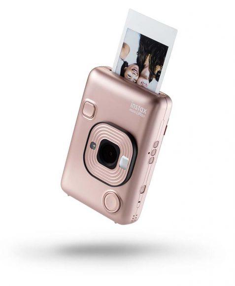 Nouvel appareil photo instantané hybride « Instax mini LiPlay » par Fujifilm. Voici la nouvelle génération Instax, encore plus discret et léger, qui se dote de fonctions étonnantes comme la fonction audio ou QR Code. PPC: à partir de 169 €