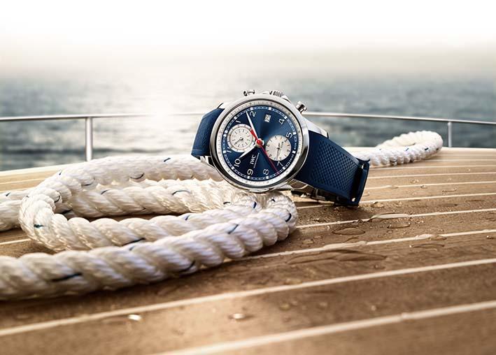 IWC Portugieser Yacht Club Chronographe. Voici une version très  estivale de la Portugieser Yacht Club avec son boitier étanche, son cadran bleu et son bracelet de caoutchouc. Ce modèle est également adaptable à toute une collection de bracelets interchangeables en textile.