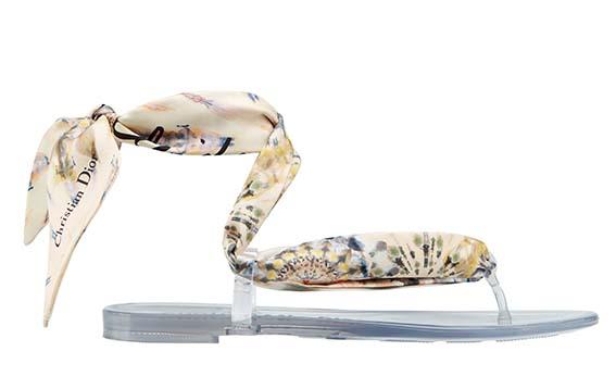 Dior Sandales «KaleiDiorscopic». Sandales avec foulard Mitzah amovible en soie imprimée kaléidoscope nude, signature «KaleiDiorscopic», et semelle en gomme transparente signée.