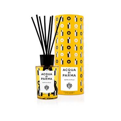 Acqua di Parma Diffuseur d'Ambiance Notte di Stelle. Pour les fêtes la Maison a imaginé une nouvelle fragrance qui mêle les senteurs des bois de bouleau et de gaïac à l'huile de pin, aux clous de girofle et à la framboise. PPC: 75 €.
