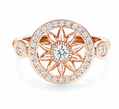 Bague Harry Winston Gates. Une bague en or rose et diamants inspirée de la Rosette signature de la Maison
