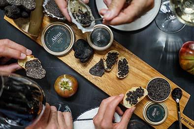 Aléna Le Suprême de Truffe noire. Aléna est une nouvelle manière de déguster la Truffe produite en Aquitaine qui après avoir été récoltée puis broyée et mélangée à des huiles neutres est scellée dans une boite métal pour une conservation de trois mois! PPC: de 27 € les 15g à 900 € les 500g