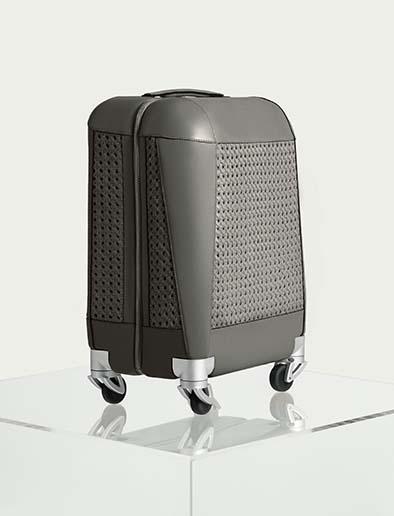 Valise Cabine Aviteur. Fondée par Patricia Gucci, petite-fille du fondateur de Gucci, Aviteur dévoile sa première création, une valise cabine d'exception avec sa coque ultra légère en polycarbonate recouverte de cuir et sa poignée en polycarbonate transparent. PPC: à partir de 4250 €.