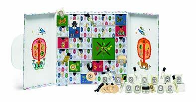 Calendrier de l'Avent Diptyque. Outre ses 3 merveilleuses et bienveillantes créations de fin d'année (Flora Fortuna, Ambre Félicité et Pin Protecteur), la Maison et l'artiste Olaf Hajek dévoilent également un superbe calendrier de l'avent pour attendre comme il se doit Noël. PPC: 350 €.
