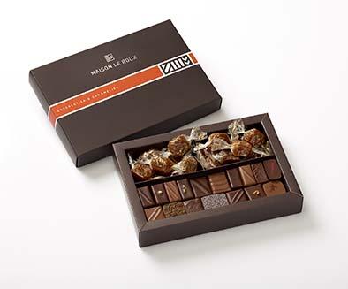 Maison Le Roux Coffret Duo. Dans cet élégant coffret, vous découvrirez un gourmand assortiment de bonbons de chocolat et de caramels assortis (chocolat, café noisette, orange gingembre, yuzu macha, cassis…) PPC: 30 €.