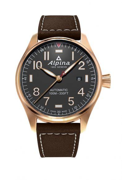Alpina a équipé dés le début du XXème siècle les membres de l'armée de l'air de plusieurs pays européens. En 2011, la marque lance l'une des montres d'aviation professionnelles les plus iconiques, la Startimer Pilot. Elle la décline ici en version automatique et  en acier plaqué or rose.
